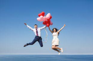 Brautpaar hebt mit Luftballons ab