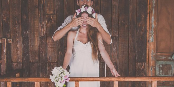 Bräutigam hält Braut die Augen zu