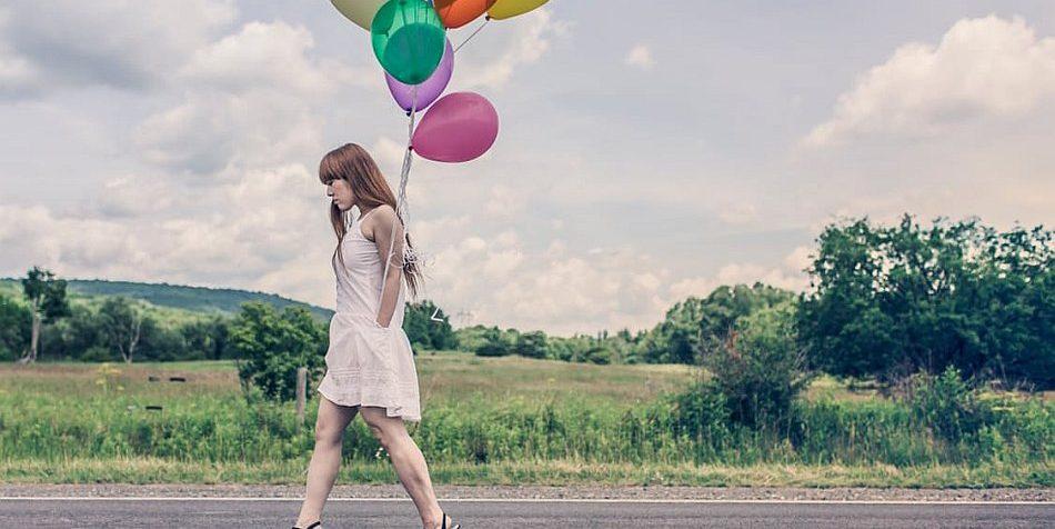 Frau mit bunten Ballons