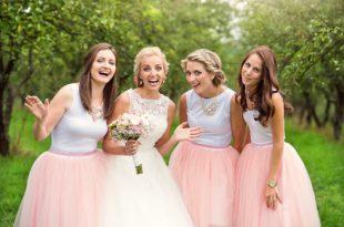 Braut und Brautjungfern lachen in die Kamera
