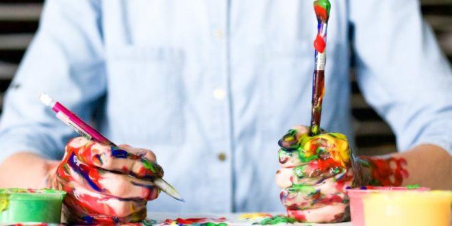 Mann mit Farbe an den Händen