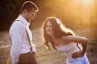 Brautpaar lacht sich tot