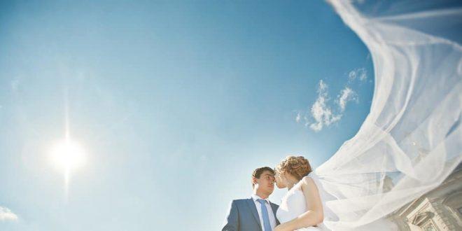 Brautpaar mit großem Schleier