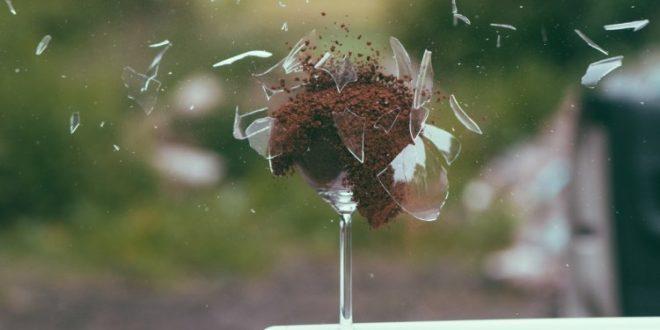 Porzellan und Steingut werfen am Polterabend